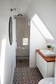 Mała, biała łazienka na poddaszu. Kolorowe płytki z modnym, mozaikowym wzorem..