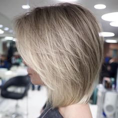 60 Layered Bob Styles: Modern Haircuts with Layers for Any Occasion Gefiederter Bob mit Side Bangs Popular Short Haircuts, Modern Haircuts, Long Bob Haircuts, Haircuts For Medium Hair, Haircut Bob, Trendy Haircuts, Modern Hairstyles, Fade Haircut, Layered Bob Hairstyles