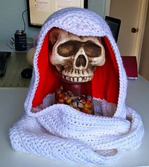 Assassins Creed Inspired Scoodie - Free crochet hooded scarf pattern by Kristen's Kords. http://kristenscrochet.blogspot.co.uk/2014/10/assassins-creed-inspired-scoodie.html