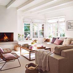 ¡Buenos días! ☀️ en este apartamento de montaña se desterraron las maderas oscuras y se apostó por el blanco total para actualizarlo. Un proyecto de #CarolinaJuanes que puedes ver en El Mueble de mayo.