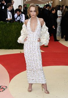 Pin for Later: Seht alle Stars auf dem roten Teppich der Met Gala Lily-Rose Depp in Chanel