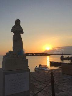 Un fiocco azzurro per la nascita di Mattia sulla statua di Manuela Arcuri Porto Cesareo Lecce Puglia