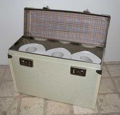 Lille kuffert er til opbevaring af toiletpapir. Den lille kuffert står på gæstetoliettet