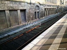 Taktiles Bodenleitsystem am Bahnsteig des Hauptbahnhof in Bielefeld im Teutoburger Wald in Ostwestfalen-Lippe
