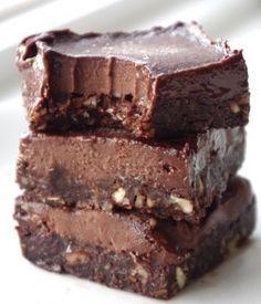 Secretly HEALTHY and no-bake fudge bars that taste like chocolate candy bars. Healthy Fudge, Healthy Candy, Healthy Chocolate, Chocolate Fudge, Healthy Treats, Chocolate Covered, Healthy Eating, Breakfast Healthy, Chocolate Factory