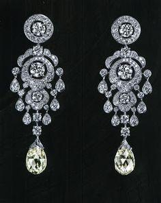 CARTIER Pendants d'oreille en platine, deux diamants taille briolette,  20carats72.
