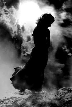 Poema: Entre La Tiza y Mujer  Por Juan Fernández  Me enamoré de ella como un infante perdido después de un baile alegre de pensamientos nublados; su danza suave y delicada conjugaba verbos en la corteza frágil de mis sentimientos y caían hojas de otoño de los árboles más íntimos de mi afanado intento de ilustración. Su voz de perla corría por mi impasible piel como suave seda del lejano oriente ella lo sabía y además jugueteaba con sus más ávidas frases que ocultaban sus deseos creía yo el…