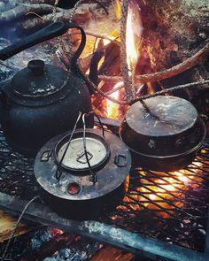 #nomondaysyndrome #coffeefirst #bushcraft #wildcamping #survival #camping #camp #instanature #outdoors #adventure #hiking #forest #modernoutdoorsman #wood #woodsman #liveauthentic #modernnature #naturelover #backpacking #nature_seekers #wilderness... Woodworking Guide, Custom Woodworking, Woodworking Projects Plans, Wilderness Survival, Survival Gear, Best Dutch Oven, Dutch Oven Camping, Fire Cooking, Camping Meals