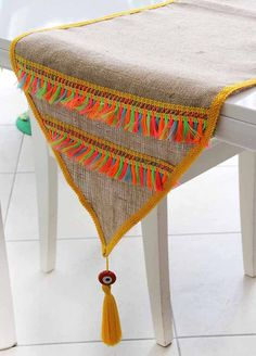 Burlap and tassels table runner - - Burlap Crafts, Diy And Crafts, Ramadan Crafts, Burlap Table Runners, Burlap Fabric, Crochet Home, Table Covers, Sisal, Boho Diy