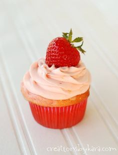 Strawberry Lemonade Cupcakes with strawberry cream cheese frosting . no one will guess that these scrumptious cupcakes start with a cake mix! Strawberry Lemon Cupcakes, Mini Strawberry Shortcake, Strawberry Cream Cheese Frosting, Strawberry Lemonade, Strawberry Recipes, Carrot Cake Cupcakes, Yummy Cupcakes, Cupcake Cakes, Cup Cakes