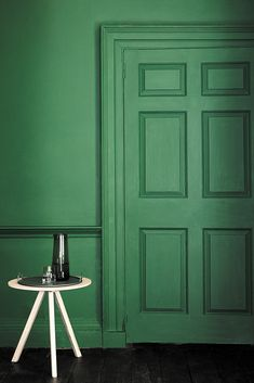 love this feel pea green paint colour by Little Greene - Puck. Click through for more green paint colours for doors, halls, bedrooms and Little Greene Farbe, Peinture Little Greene, Green Bedroom Paint, Little Greene Paint Company, Green Paint Colors, Wall Colors, Small Bathtub, Pall Mall, Green Rooms