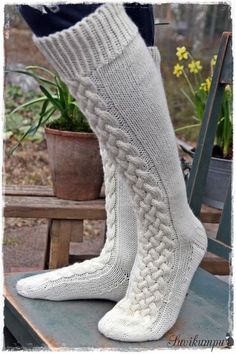 Ensin kudoin tummanharmaat… The promise I promised. First I woven dark gray socks, the pattern was created by that weave. Cable Knit Socks, Woolen Socks, Crochet Socks, Knitting Socks, Crochet Clothes, Knit Crochet, Fall Socks, Art Boots, Fluffy Socks