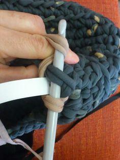 Tengo un truquillo para que las asas de los bolsos de trapillo no sean tan elásticas que terminemos con el bolso a la altura de las rodillas... Love Crochet, Diy Crochet, Crochet Hooks, Loom Knitting, Knitting Stitches, Rug Loom, Cotton Cord, Crochet Decoration, Diy Handbag
