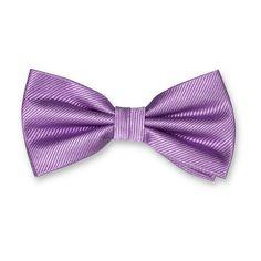 Si vous êtes à la recherche d'un nœud papillon violet, nous avons ce qui vous faut. Réalisé dans une soie côtelée de haute qualité, il se combine avec une paire de boutons de manchettes ou une pochette. Disponible en version pré-nouée ou à nouer. Un nœud papillon violet apportera à votre costume une touche colorée festive. #noeudspapillon #noeudpapillonhomme #noeudpapillonrouge #noeudpapillon