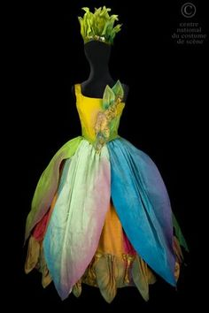 A dance costumes for the role of a naïade Theatre Costumes, Ballet Costumes, Dance Costumes, Halloween Costumes, Fairy Costumes, Flower Costume, Costume Dress, Faerie Costume, Costume Fleur