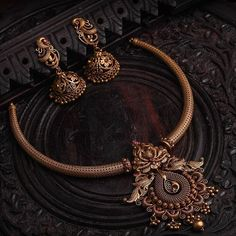 Antique Necklace Set From Aabushan Jewellery ~ South India Jewels Antique Necklace, Antique Jewelry, Antique Gold, Gold Jewellery Design, Gold Jewelry, India Jewelry, Gold Temple Jewellery, Jewelry Logo, Bridal Jewellery