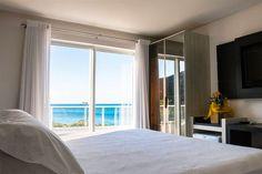 Com três piscinas, opção de café da manhã na beira da piscina, vista para o mar de todas as suítes e tudo isso a alguns minutos de colocar seu pé na areia da Praia de Taquaras.
