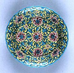 三楽園焼 更紗手兜鉢 江戸時代後期 口径18.0cm/高さ4.7cm 三楽園焼は、新宮城主・水野忠央(ただなか、1814~65)が、南紀男山窯や江戸下屋敷内で焼かせたやきものである。この資料は、浅黄釉に更紗風の草花模様を描いた典型的な作品で、底面に印刻銘で「三楽園製」とある。なお、兜鉢とは伏せると兜の形に似ているものをいう。水野忠央は、幕府から監視役として配された御付家老だったが、文政6年(1823年)に紀ノ川流域で大規模な百姓一揆が勃発した際、幕府に讒言を行い、藩主徳川治宝を退位させた。また、弘化3年(1846年)、斉順の死去に際し、治宝は西条藩から松平頼学を新藩主に迎えようとしたが、水野忠央は将軍•徳川家慶が忠央の妹である側室•お琴との間にもうけた田鶴若を擁立しようと工作し頓挫させた(結局、紀州藩士の反対によって、斉順が当主になっていた清水家から斉彊を新藩主に迎えた)。一級の文化人かつ藩政改革を果敢に推し進めた徳川治宝に、水野忠央が対峙した一つの表れが三楽園焼である。治宝の死後、御附家老の水野忠央と安藤直裕によって治宝側近らは粛清され、後の紀州徳川家没落の遠因となる。