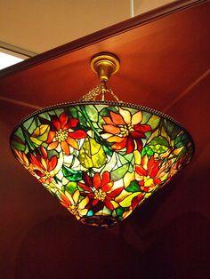 O inconfundível estilo Tiffany Glass Painting, Stained Glass Mosaic, Tiffany Stained Glass, Mosaic Glass, Chandelier Lamp, Louis Comfort Tiffany, Tiffany Style Lamp, Stained Glass Lamps, Vintage Lamps