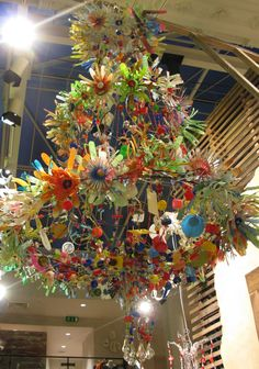 Because you can visit the Anthropologie store in London (Bottle Chandelier Awesome) Dale Chihuly, Plastik Recycling, Lace Balloons, Bottle Chandelier, Chihuly Chandelier, Flower Chandelier, Chandeliers, Anthropologie Display, Plastic Bottle Flowers