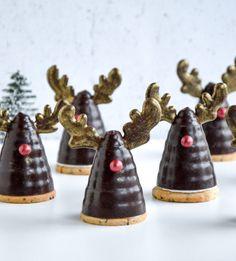 Rudolf flødeboller - Jul på den søde måde Christmas Biscuits, Christmas Drinks, Christmas Ideas, Mad, Baking, Spirit, Christmas Cookies, Bakken, Holiday Alcoholic Drinks