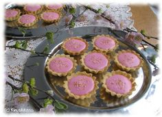 Aloitan vuoden 2011 makeiden leivonnaisten sarjan itselleni todella merkityksellisellä reseptillä. Joulukuun ajan saitte äänestää, minkä leivosohjeen toteuttaisin vuoden alkajaisiksi. Muitakin noista vaihtoehdoista olisi ollut kiva ryhtyä toteuttamaan, mutta olin salaa hyvilläni, että äänestyksen voitti juuri bebe-leivokset. Bebet ovat siis pieniä, sieviä leivoksia, joissa on murotaikinapohja, voikreemitäyte ja sokerikuorrutus. Enpä olisi kuitenkaan arvannut, miten tärkeän löydön […]