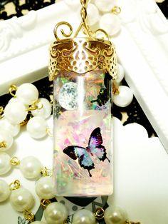 満月の夜に舞う蝶をガラスボトルの中に閉じ込めたペンダントです。パールチェーンを何重かに巻いてバッグチャームとしても使えます。ペンダントトップのサイズは8cm&...|ハンドメイド、手作り、手仕事品の通販・販売・購入ならCreema。