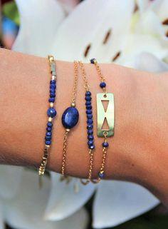 Un bracelet facile à assortir qui apporte une touche ethnique chic et discrète. Cette annonce ne concerne que le bracelet en perles de Lapis-Lazuli & pièce en laiton brut double triangles, bien quil soit présenté avec dautres créations en vente dans la boutique sur la photo 1. Il mesure 15,5cm déroulé fermoir inclus + 2,5cm de chaînette dextension. Nhésitez pas à me contacter si vous souhaitez une autre longueur ou si vous aimeriez changer la couleur des perles... <> A PROPOS...