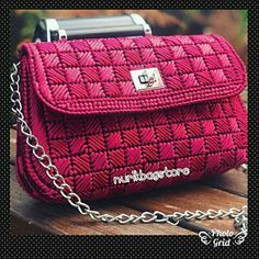 Learn to embroider with raffia and make cute canvas bags in plastic ~ Mimundomanual Plastic Canvas Stitches, Plastic Canvas Coasters, Plastic Canvas Ornaments, Plastic Canvas Tissue Boxes, Plastic Canvas Christmas, Plastic Canvas Crafts, Plastic Canvas Patterns, Canvas Purse, Canvas Handbags