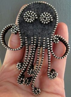 Recycled Felted Wool Sweater/ Zipper Brooch/Pin- Gray Octopus with Silver… Zipper Jewelry, Fabric Jewelry, Felt Diy, Felt Crafts, Felt Brooch, Brooch Pin, Safety Pin Crafts, Zipper Crafts, Diy Accessoires