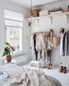 Que tal substituir o guarda-roupa por araras? Elas ocupam menos espaço no quarto…