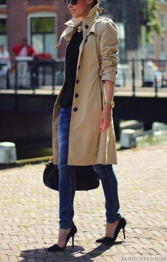 Estilo #clásico: combina un #trendcoat, #jeans oscuros y tu camiseta favorita para crear tu #outfit del día. #estilo #oficina