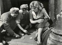 Roger Mayne, Courtesy Gitterman Gallery. Girls Gambling, Southam Street, North Kensington, London, 1956.