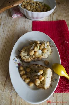 Insalata di ceci e cipolle è un gustoso piatto vegetariano,  che può essere preparato in anticipo e conservato in frigorifero.