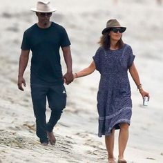 Jamie Foxx & Katie Holmes Finally Confirm They're A Couple ____ Although the two Hollywood stars have been rumoured to be dating since 2013, Jamie Foxx and Katie Holmes have somehow evaded the view of the public, and constantly denied that they're an item.  The two hung out in public – in a beach!  In photos obtained by TMZ, the pair were seen holding hands and walking in the sand.#OnoBello #OBCelebrities