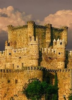 Guadamur Castle, Spain. Built in the 15th century. It was abandoned in the 18th century and later, in 1887, it was restored by the Count of Asalto. It suffered sackings during the Civil War. The square plan measures 30 by 40 metres. There is a moat that was crossed by a drawbridge, modified by the bastions and defences attached to its corners and curtains…