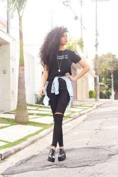 Look básico: blusa preta, calça preta rasgada no joelho, tênis branco, camiseta jeans clara amarrado na cintura