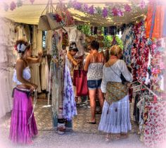 Hippiemarkt Las Dalias De markt van Las Dalias is op zaterdag, en vind je op ongeveer 10 minuten lopen van Sant Carles (San Carlos) aan de noordkant van het eiland.