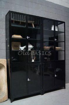 Hoge vierdelige apothekerskast met een stoere zwarte kleur. van OldBasics.nl