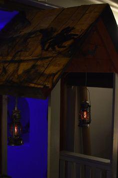 Näyttelyn yhteydessä järjestetään Halloween-henkinen Ällöween-ilta, jossa voi esimerkiksi kouluttautua vampyyrinmetsästäjäksi, tehdä zombi-taidetta ja riehua monsteri-diskossa. Luuppi, Oulu (Finland)