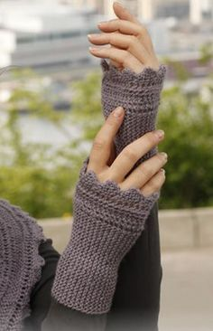 """Ellie& Gloves - Knitted DROPS wrist warmers with garter st and zigzag edges in """"BabyAlpaca Silk"""". - Free pattern by DROPS Design Crochet Gloves Pattern, Knit Or Crochet, Baby Knitting Patterns, Free Knitting, Crochet Hats, Crochet Patterns, Fingerless Gloves Knitted, Knit Mittens, Wrist Warmers"""