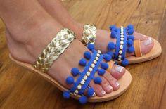 Chaussures en cuir grec. « « « « Sandales d'été bleu. Sandales en cuir bleu et or. Sandales pom pom