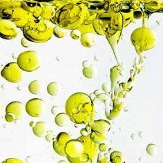 El aceite de oliva tiene otros componentes  naturales como los carotenos y los polifenoles cuya concentracion varia  segun la madurez de la aceituna y la tecnología de su obtencion.