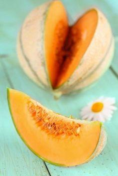 Oggi parliamo di un vero protagonista dell'estate che - da solo o in coppia con il suo fido compagno, il prosciutto - furoreggia sulle nostre tavole... il #melone!  La pianta del melone (Cucumis melo) appartiene alla famiglia delle Cucurbitaceae, è originaria dell'Asia ed è caratterizzata da un fusto rampicante. In Italia venne introdotto in età cristiana e veniva indicato dagli antichi autori latini con il nome di 'popones' o 'melones'... / Continua a leggere su http://on.fb.me/13f9Ih2