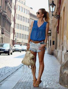short femme avec chemise sans manche en bleu coiffure femme queue de cheval