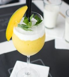 For this frozen mango bellini recipe, all you need are mangoes, ice cubes, champagne or sparkling wine, and a blender. Mango Desserts, Mango Drinks, Summer Drinks, Mango Pudding, Mango Yoghurt, Bellini Recipe, Bellini Bar, Mango Cream, Frozen