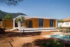 Haustypen im Vergleich - ultra modernes Fertighaus mit Pool