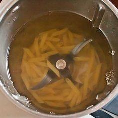 Os mostramos hoy una técnica muy básica de la cocina con Thermomix, pero que muchos desconocen, y es que se puede cocinar pasta con nuestro Thermomix. Sabes que nuestra máquina permite cocer alimentos en agua o en caldos y uno de esos alimentos es la pasta, que gracias a las funciones de giro inverso …