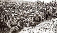 French reinforcements going to Verdun. Half of them will never make it back. 1916. renforts français vont à Verdun. La moitié d'entre eux ne seront jamais  revenus. 1916