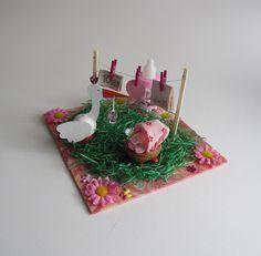 Ein wunderbares Geschenk zur Geburt oder Taufe.  Ein kleiner Garten mit einem Kinderwagen (aus einer Nussschale gebastelt) und einem Storch. Auf der Wäscheleine kann man Geld befestigen und den...